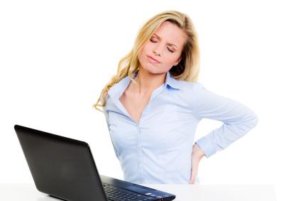 Berufsunfähigkeit - Frau mit Rückenschmerzen